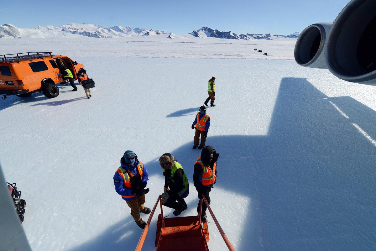 De-planing at Union Glacier blue-ice runway