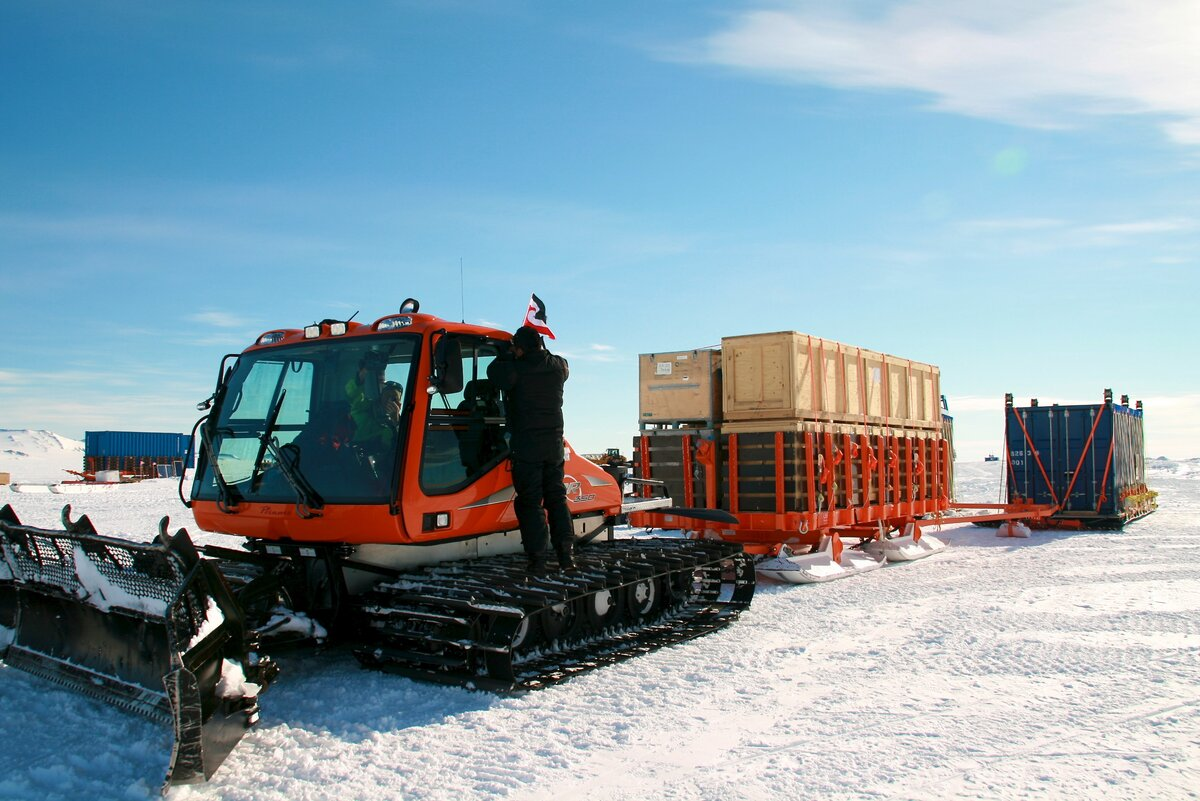 Large capacity cargo sledge with crates